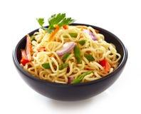 Bunke av kinesiska nudlar med grönsaker Royaltyfria Foton