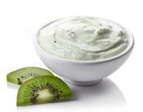 Bunke av kiwiyoghurt royaltyfri foto