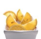 Bunke av klippta citroner Arkivbild