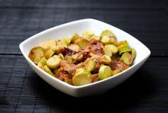 Bunke av lagade mat skivor av zucchinin och lökar Royaltyfria Bilder