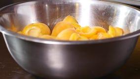 Bunke av nya aprikors på trätabellen - frukter och grönsaker arkivfilmer