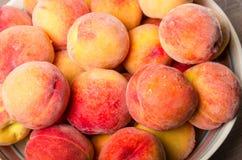 Bunke av nya gula persikor Royaltyfri Foto