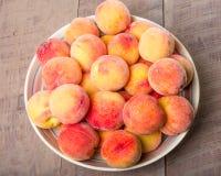 Bunke av nya gula persikor Royaltyfria Foton