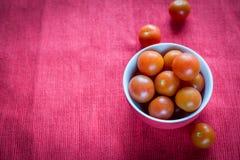Bunke av nya körsbärsröda tomater Arkivfoton