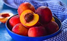 Bunke av nya persikor för frukost Arkivfoto