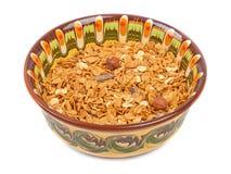 Bunke av oatmeall med frukt på en platta arkivbild