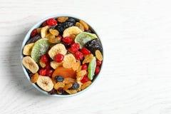 Bunke av olika torkade frukter på bakgrund, bästa sikt med utrymme för text Sund livsstil arkivfoton