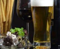 Bunke av oliv, öl och rött vin Royaltyfria Foton