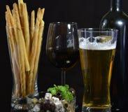 Bunke av oliv, öl och rött vin Royaltyfria Bilder