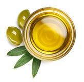 Bunke av olivolja och gröna oliv med sidor royaltyfri fotografi