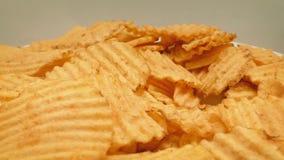 Bunke av Rynka-snittet Chips Rotating stock video