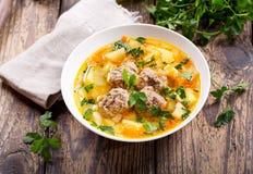 Bunke av soppa med köttbullar och grönsaker Arkivfoton