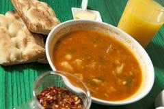 Bunke av soppa på en grön tabell Royaltyfri Fotografi
