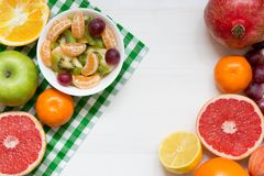 Bunke av sund sallad för ny frukt på vit träbakgrund, bästa sikt, kopieringsutrymme royaltyfri fotografi