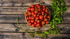 Bunke av tomater på korniga träbräden Royaltyfri Fotografi