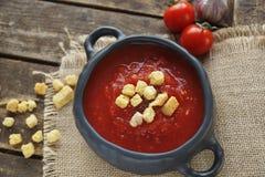 Bunke av tomatsoppa med kryddnejlikan och svartpeppar på lantlig träbakgrund, selektiv fokus Royaltyfri Fotografi