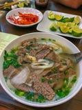 Bunke av traditionell vietnamesisk soppa Pho, Hanoi, Vietnam royaltyfri foto