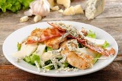 Bunke av traditionella Caesar Salad med höna Arkivbilder