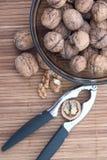Bunke av valnötter i skalen Arkivbild