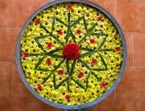 Bunke av vatten med att sväva blommor som bildar en Mandala Arkivfoto
