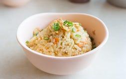 Bunke av vitlök stekte ris arkivbild