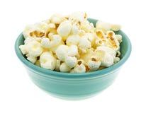Bunke av vitt popcorn för cheddarost royaltyfria foton