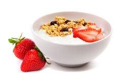 Bunke av yoghurt med jordgubbar & granola som isoleras på vit royaltyfria bilder