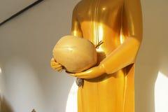 Bunke för ` s för munk för Buddhastatyhåll Royaltyfria Foton