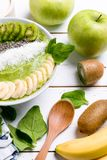 Bunke för smoothie för kiwibananspenat royaltyfria bilder