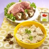 Bunke för traditionell kines av den hänsynslösa nudeln med griskött och champinjonen arkivfoton