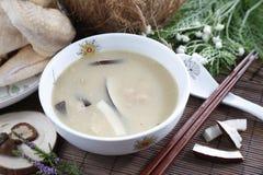 Bunke för traditionell kines av kokosnötsoppa på tabellen i restaur royaltyfri fotografi
