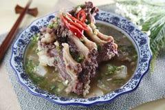 Bunke för traditionell kines av soppa för grisköttstöd på tabellen i resta arkivbild