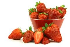 bunke klippta nya full jordgubbar för en red Royaltyfria Foton