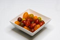 Bunke med Cherry Tomato isolerat royaltyfria foton