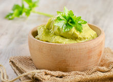 Bunke med guacamole royaltyfria foton