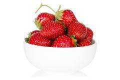 Bunke med jordgubben på vit Royaltyfria Foton