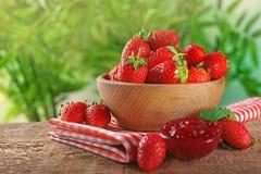Bunke med nya jordgubbar och smakligt driftstopp Fotografering för Bildbyråer