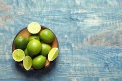Bunke med nya mogna limefrukter Royaltyfria Bilder