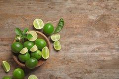 Bunke med nya mogna limefrukter Royaltyfri Foto