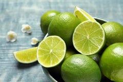Bunke med nya mogna limefrukter på tabellen Royaltyfri Fotografi