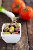 Bunke med oliv, tomater och salladslöken Royaltyfri Fotografi
