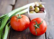 Bunke med oliv, tomater och salladslöken Royaltyfria Foton