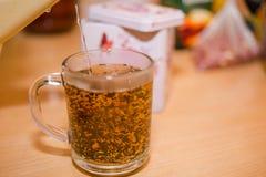 Bunke med Tea Häll vatten i te ny tea Arkivfoton