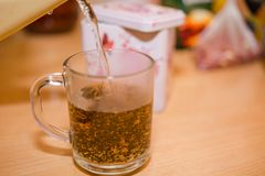 Bunke med Tea Häll vatten i te ny tea Arkivfoto