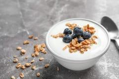 Bunke med yoghurt, bär och granola arkivbilder