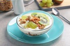 Bunke med yoghurt, frukter och granola royaltyfri foto