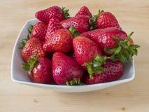 Bunke mycket av röda jordgubbar Royaltyfria Bilder