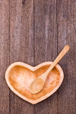 Bunke och sked för tom hjärtaform wood Royaltyfri Foto