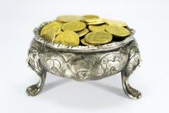 Bunke på tre lejonfot med mynt Arkivbild