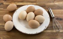 Bunken av fega ägg, viftar, träbakgrund Royaltyfri Foto
